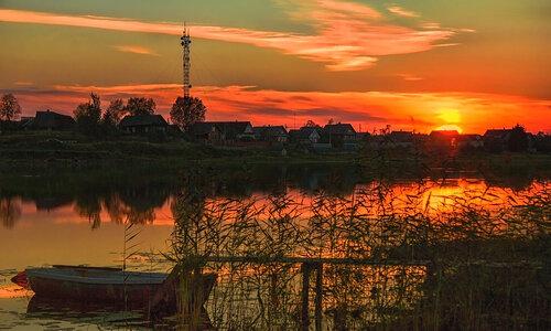 Догорает закат над рекой