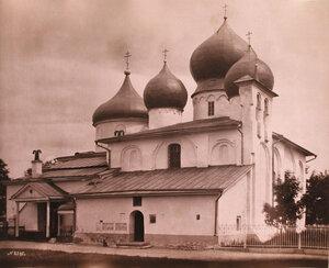 Вид собора Иоанна Предтечи Иоанновского монастыря (построен в первой половине XII века). Псков г.