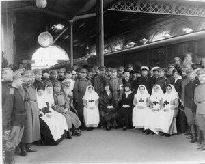 Группа медицинского и обслуживающего персонала поезда на перроне Николаевского вокзала