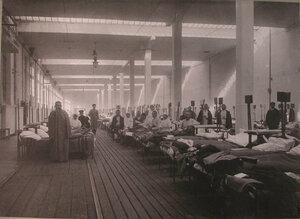 Раненые в палате распределительного госпиталя,устроенного в Пресненском трамвайном парке.