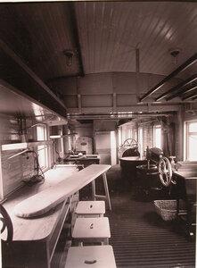 Внутренний вид части вагона-прачечной, в конце которого установлена дезинфекционная камера.