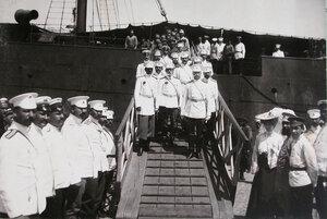 Группа офицеров на трапе прибывшего в порт парохода.