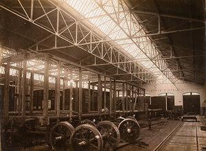 Общий вид цеха по начальной сборке вагонов; на первом плане – колесные пары.