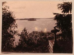 Вид на Остров любви со стороны острова Людвигштайн; справа - надгробный памятник на могиле Николая Николаи (Николауса Арманда Михаила, старшего сына Пауля Николаи, 1818-1869).