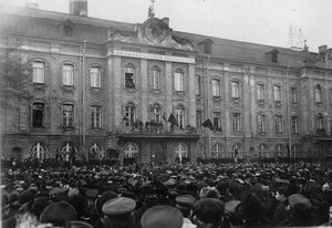 Митинг у здания Петербургского университета.