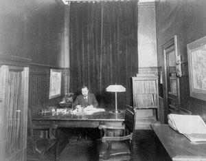 Директор страхового товарищества Саламандра (Гороховая ул.,6) за письменным столом.