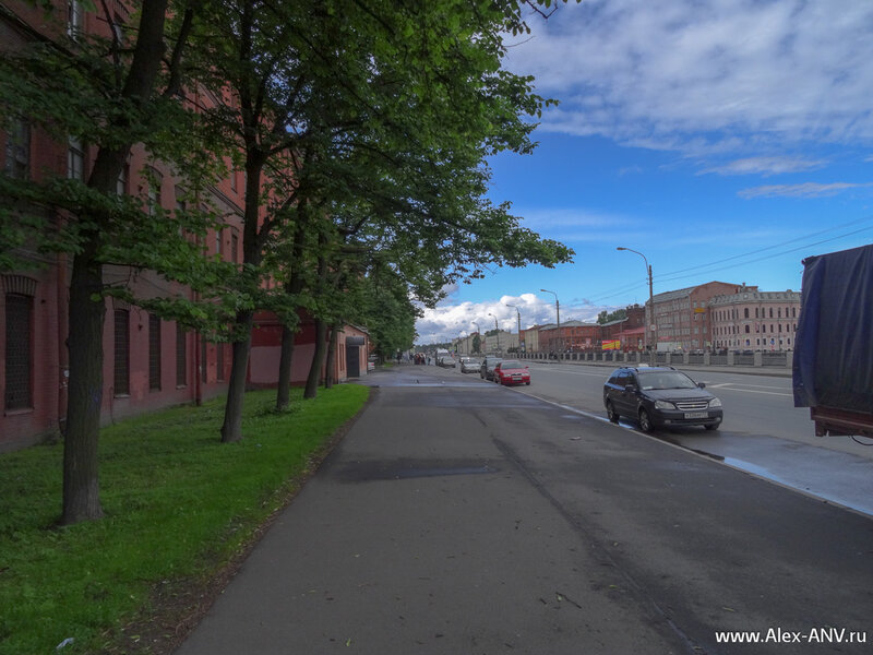 Дальше по набережной Обводного канала раскинул свои корпуса  завод 'Красный Треугольник'