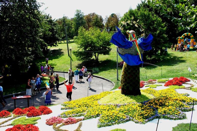 Инсталляция из цветов Берегиня