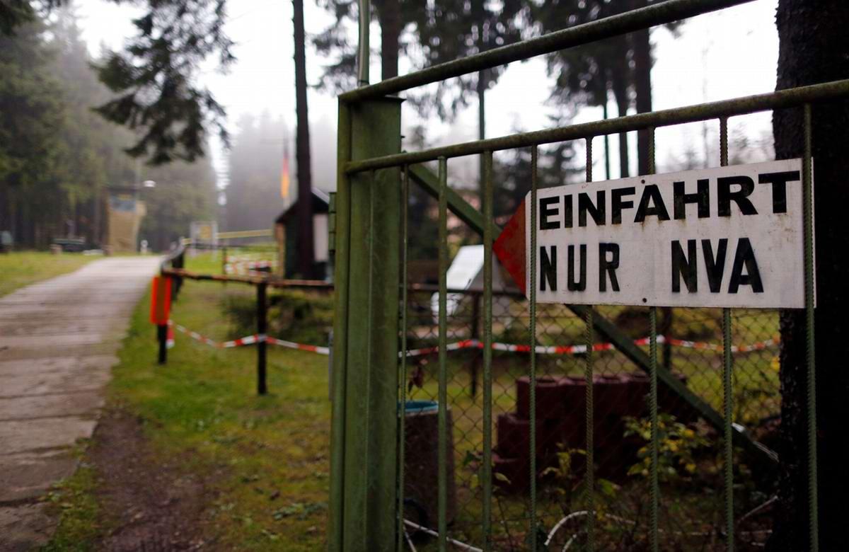 Табличка на воротах с надписью - Вход только для солдат Национальной народной армии