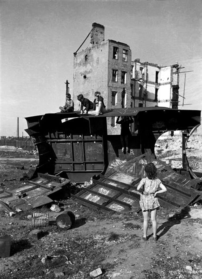 Австрия, Вена, 1948 год - Дети, играющие посреди развалин