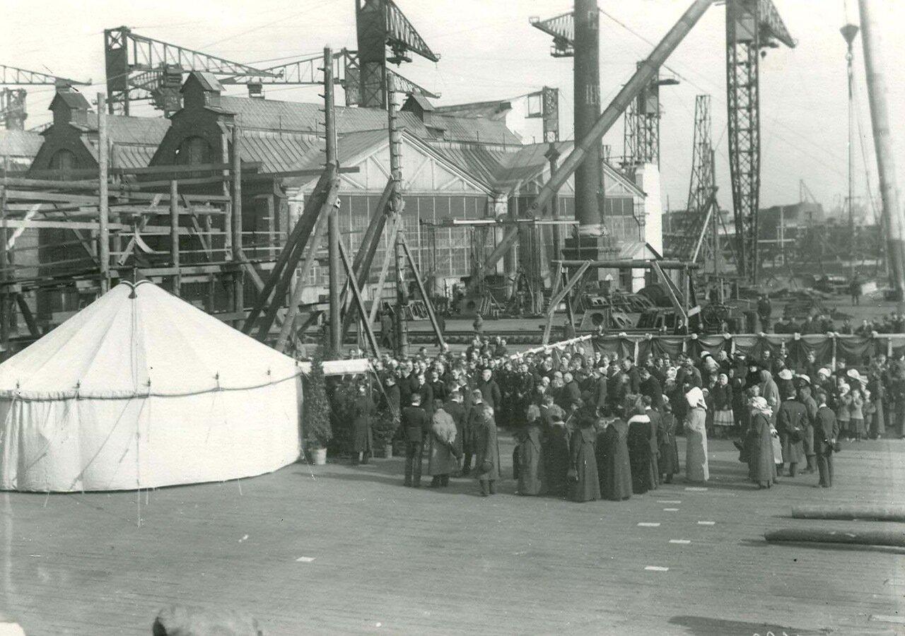 Группа участников закладки зданий отдела Подводного плавания Балтийского судостроительного и механического завода.