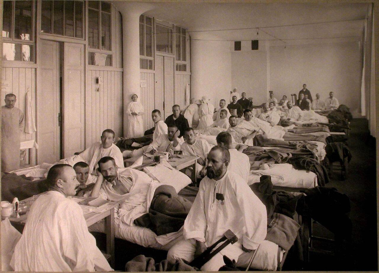 33. Медицинский персонал и раненые в палате лазарета Городского кредитного общества