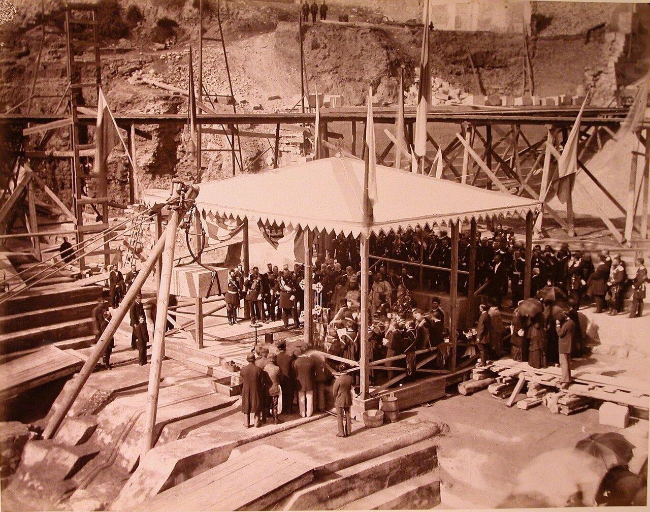 05. Участники закладки одного из Алексеевских доков (Западного) во время молебна