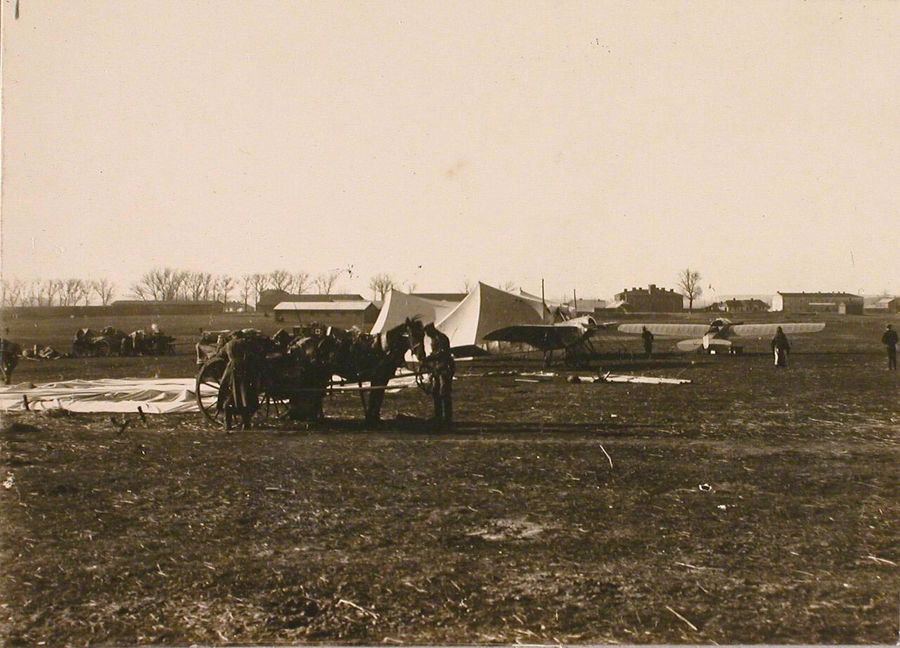 01. Вид части аэродрома, на переднем плане повозка с оборудованием для лазарета. Август 1914. Люблин
