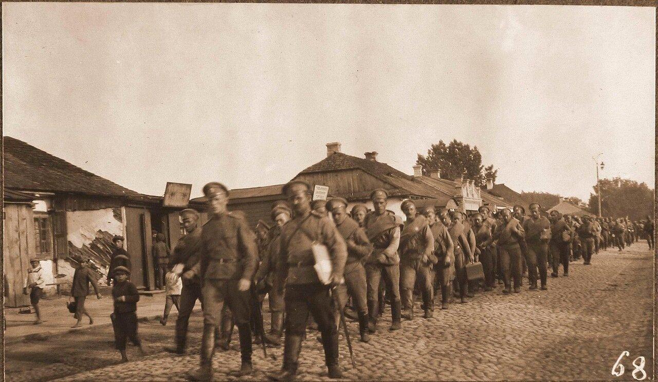 14. Солдаты одной из армейских частей проходят по городу перед отправкой на позиции. Ковель. 1915