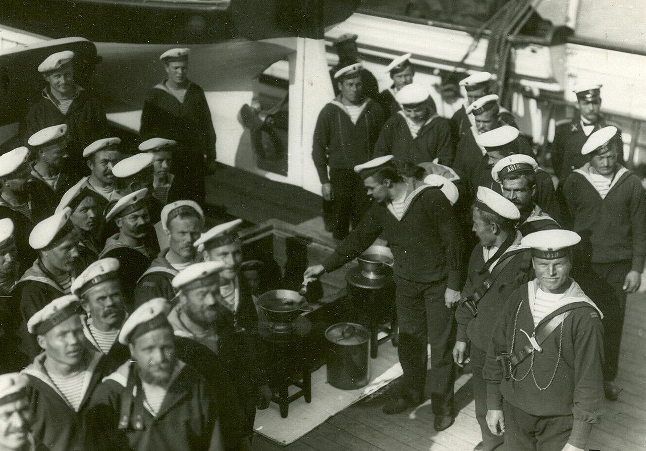 32. Команда крейсера «Азия» присутствует на спуске новых военных кораблей подготовка к питью чары