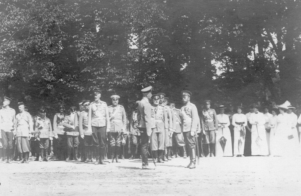 28. Император Николай II беседует с командиром полка полковником Мдивани по окончании парада полка. Петергоф. 29 июня 1913