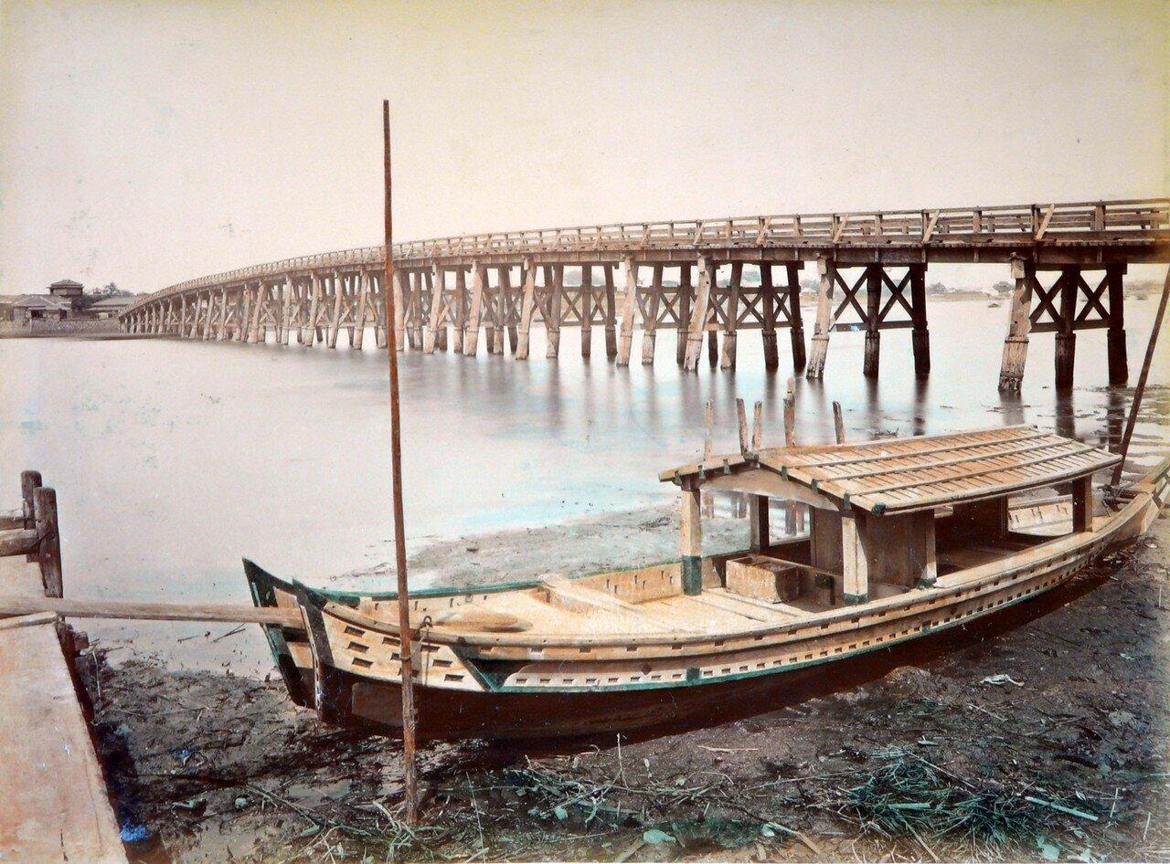 Вид на лодку и мост