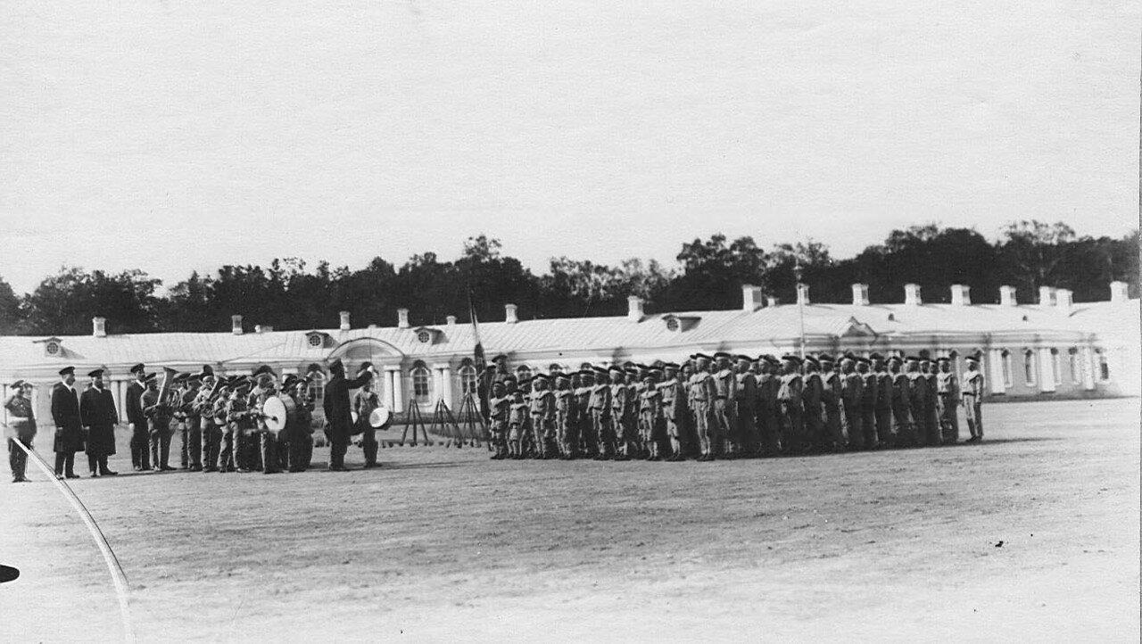 16. Оркестр и группа воспитанников на площади у Екатерининского дворца перед началом марш-парада