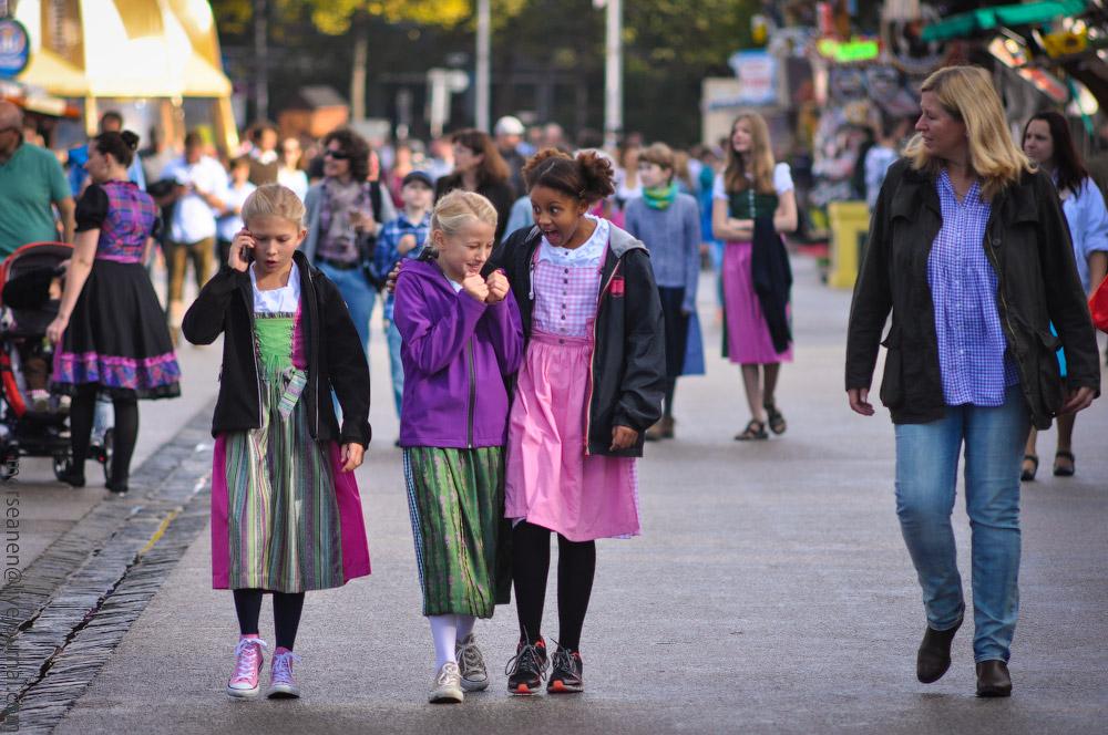 Женские выпуклости и впадины на Октоберфесте girls-Oktoberfest-(18).jpg