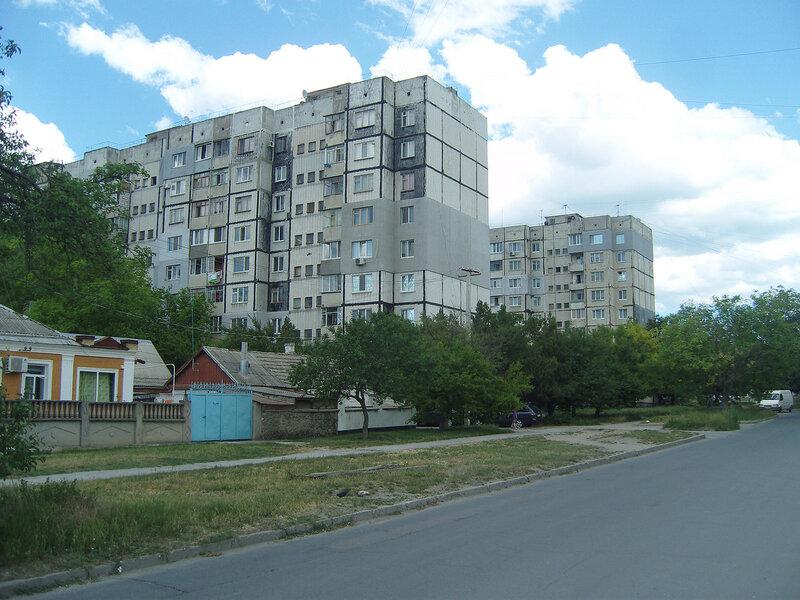 обшарпанные многоэтажки в мкрн. Залесский