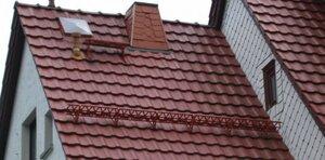 Крыши современных домов покрывают металлочерепицей