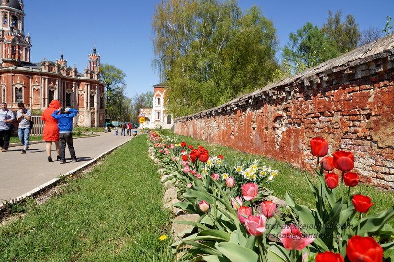 Крепостная декоративная стена и Никольский собор, Можайский кремль