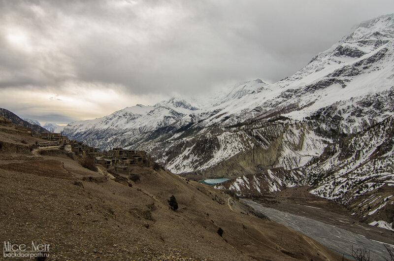 Хмурое утро в мананге, гималаи, непал, горы, снежники, река