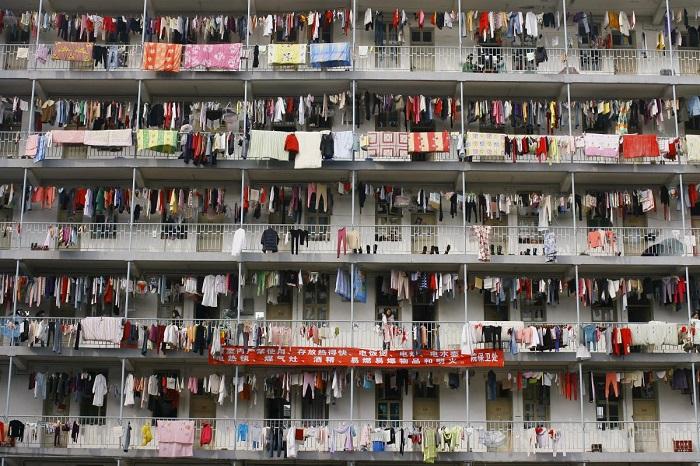 Постиранные вещи висят на балконах студенческого общежития университета в Ухане, провинция Хубэй. 5.