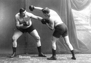 Участники матча по английскому боксу боксеры Мольд и Т.Жаксон (справа) в момент боя