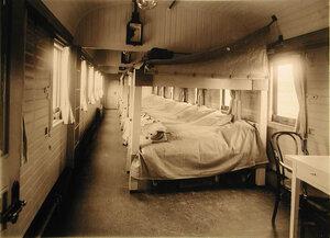 Внутренний вид одного из вагонов III класса со станками Коптева без рессор (полное оборудование для раненых на ночь).