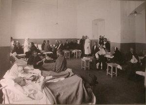 Раненые в палате лазарета при вдовьем доме имени Бахрушиных.