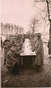 Нижние чины, направляющиеся на передовые позиции, во время обеда на перевязочно-питательного пункта №18, организованного отрядом Красного Креста В.М.Пуришкевич.