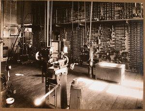 Вид станков (на переднем плане) и инструментов (трещеток, струбцинок, коловоротов и других) в одном из цехов мастерской.