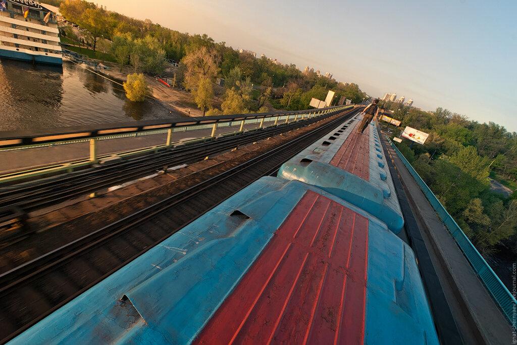 зацеперы на крыше поезда метро киев