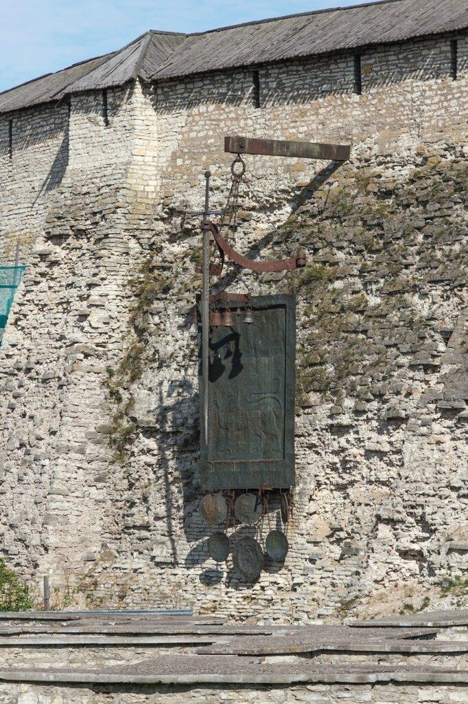 Довмонтов меч, щиты и колокола, Псковский Кром