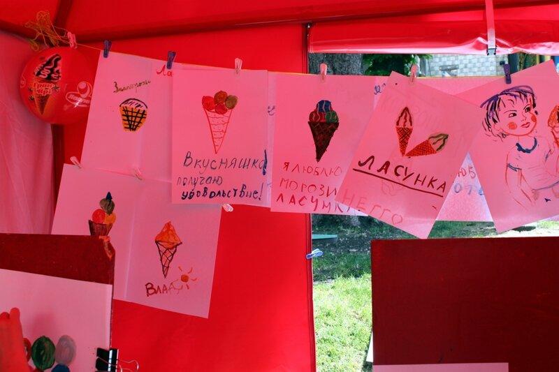Выставка рисунков на фестивале мороженого