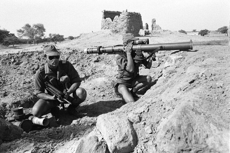 """Dans le cadre de l'opération """"Manta"""", deux militaires du 2e RIMa (Régiment d'Infanterie de Marine), équipés d'un fusil Famas et d'un lance-roquette, surveillent les environs dans un des postes de défense rapprochés d'Ati."""