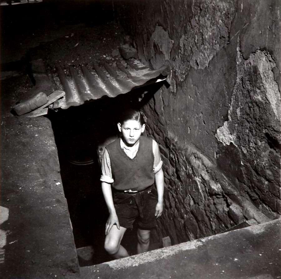 Германия, Эссен, 1947 год - Мальчик, выглядывающий из подвала