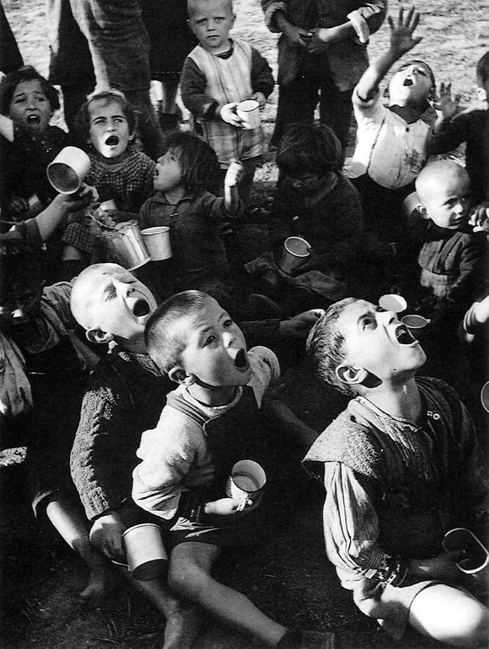 Греция, 1947 год - Голодные дети в ожидании начала раздачи молока