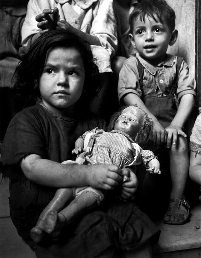 Италия, Неаполь, 1948 год - Дети, сидящие на ступеньках