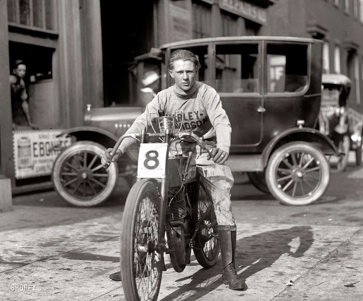 Мотогонщик на мотоцикле Harley-Davidson (Вашингтон, 1922 год)