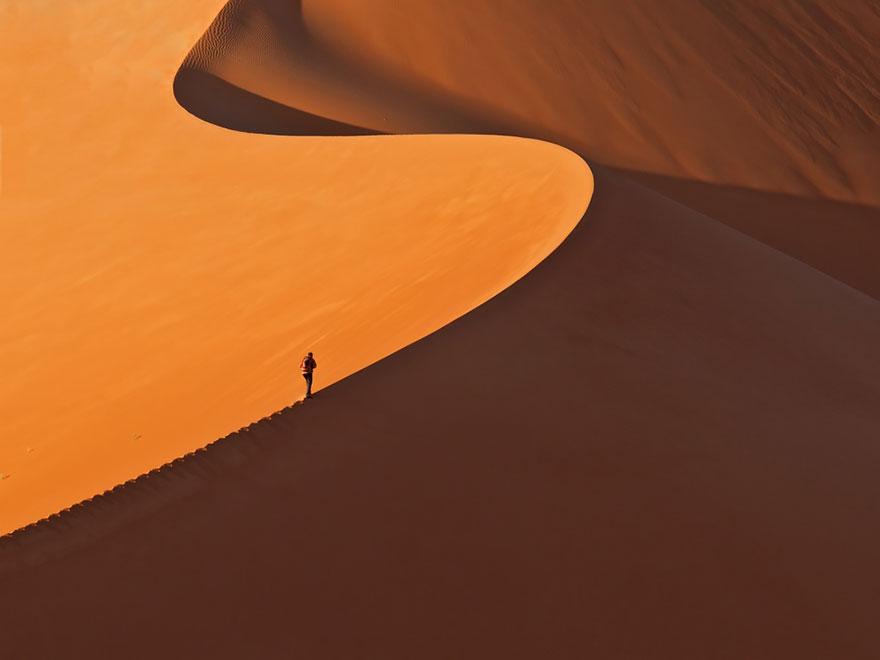 На гребне песчаной дюны.