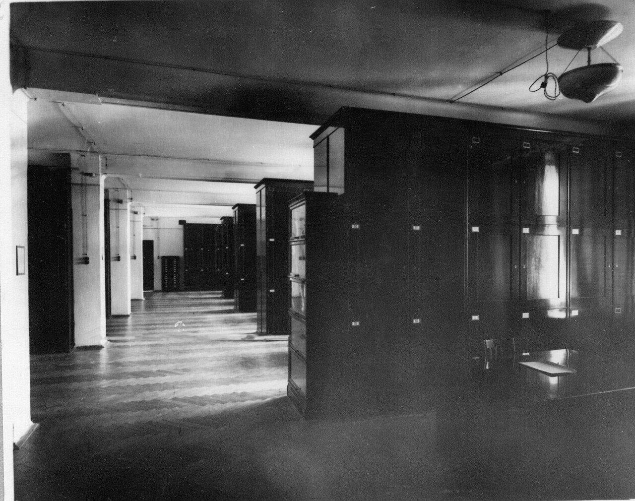 11. Одно из хранилищ гербария. 1915