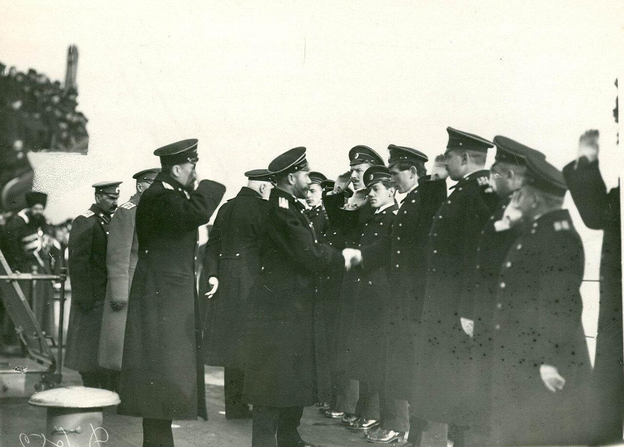 14. Император Николай II здоровается с офицерми на палубе линкора