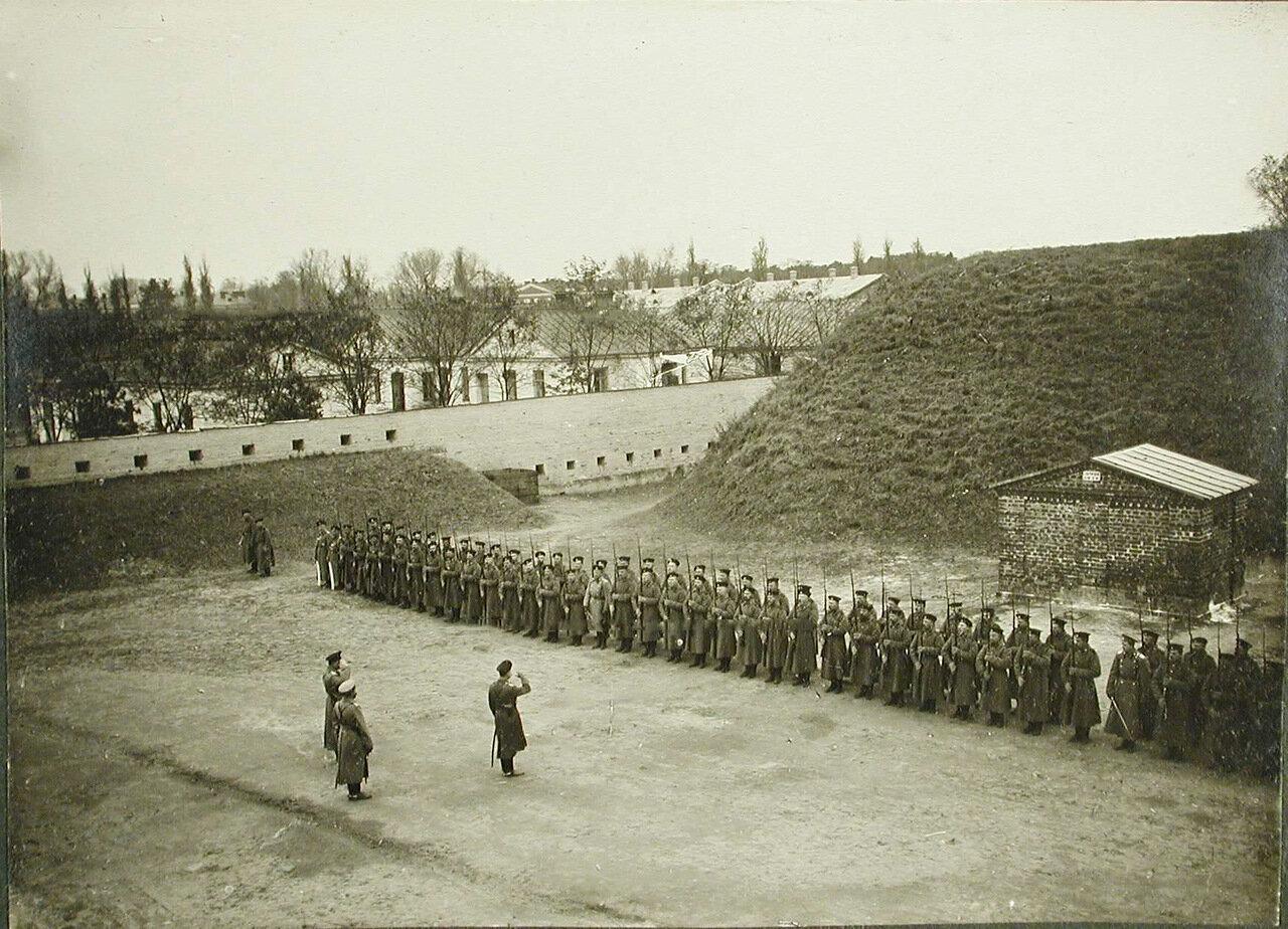 21. Командир поздравляет солдат и офицеров роты с первыми боевыми наградами