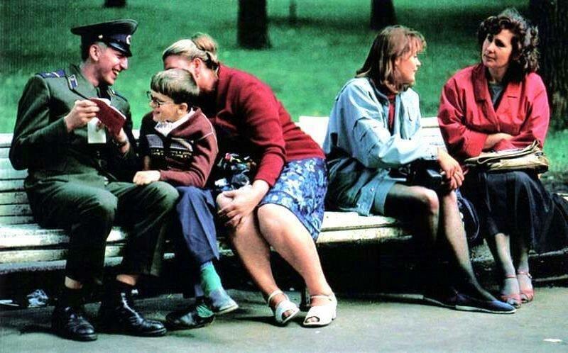 Москва. Солдат Кремлевского гарнизона с родными в Александровском саду