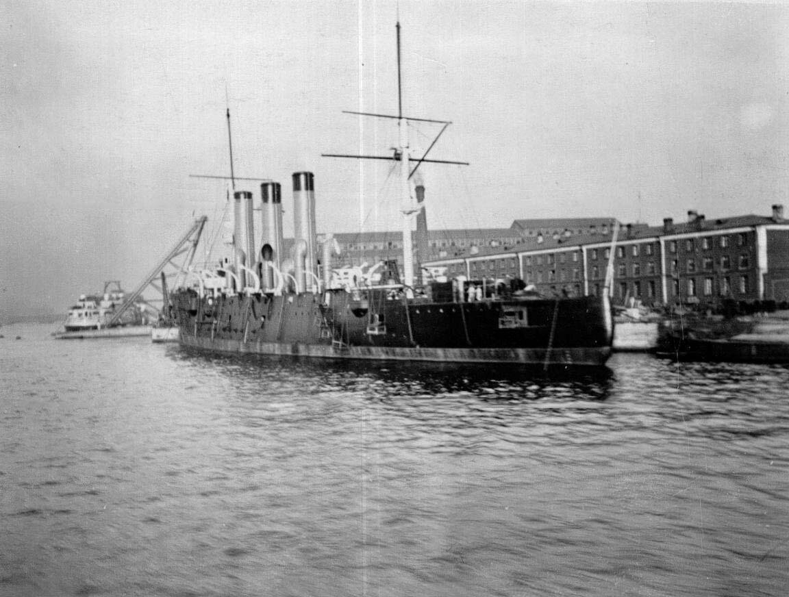 05. Крейсер «Аврора»  на достройке у стенки Нового Адмиралтейства. Справа здание парусно-такелажной мастерской .1902