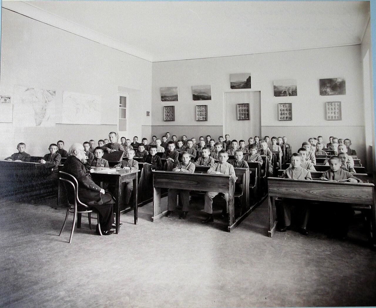 09. Гимназисты Первой Киевской гимназии в классе во время урока географии