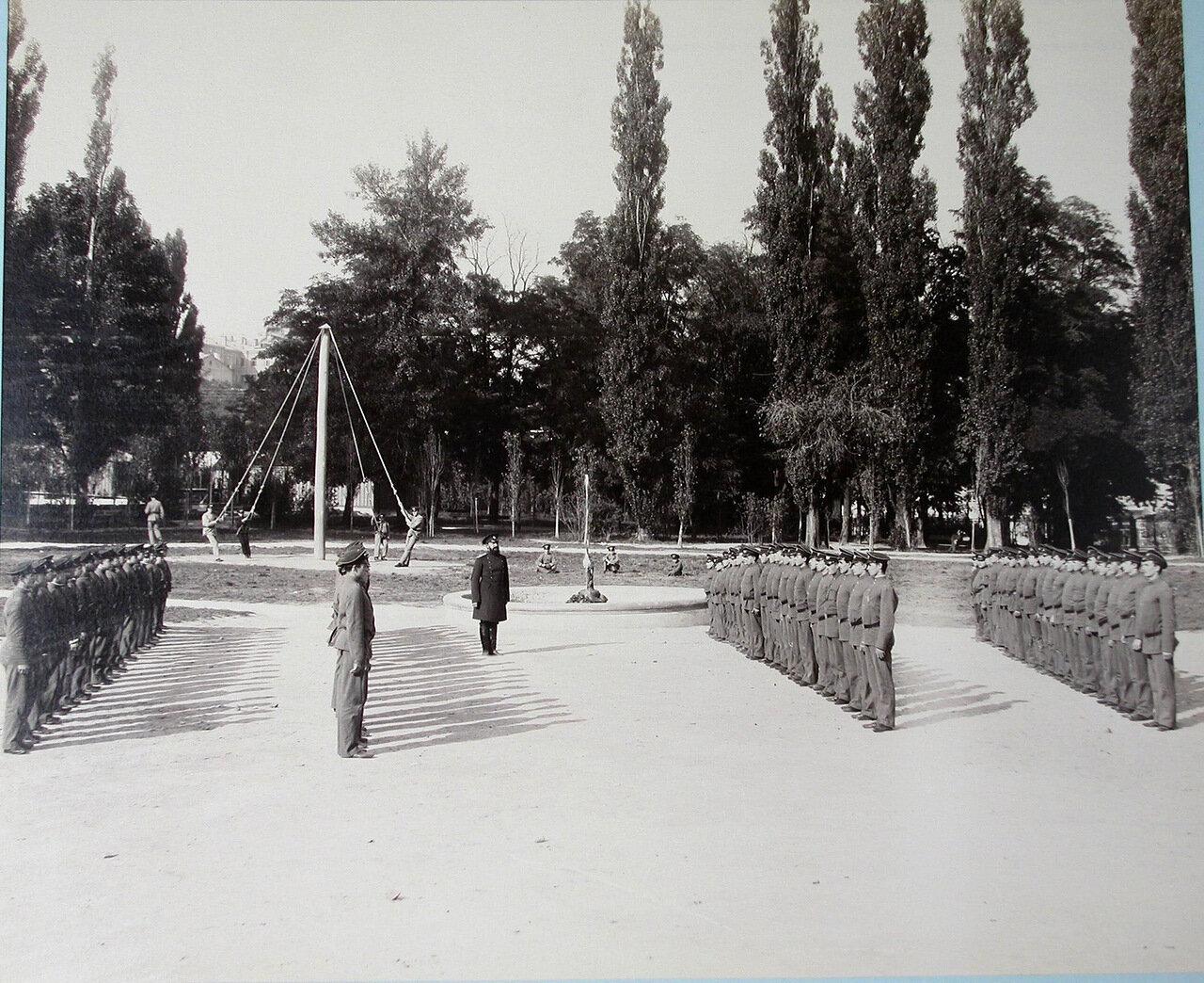 11. Гимназисты Первой Киевской гимназии во время урока военной гимнастики во дворе гимназии